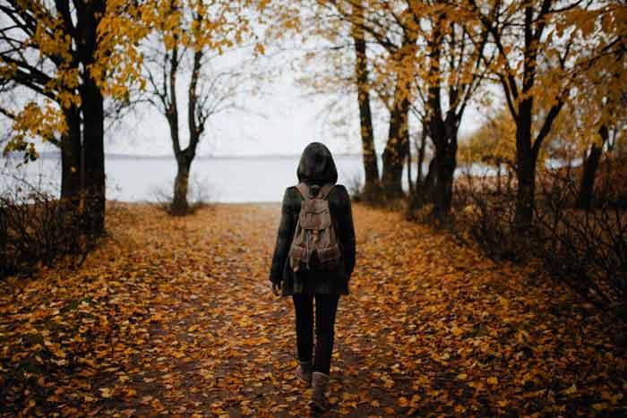 Πως να κάψεις λίπος και θερμίδες περπάτημα - Κοπέλα περπατά στο δάσος