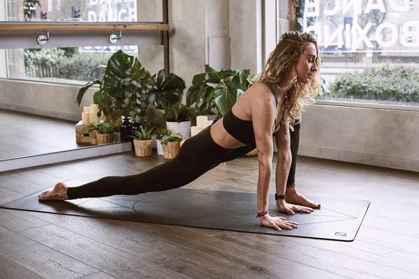 Γιόγκα (Yoga) άσκηση γυναίκα σε στρώμα